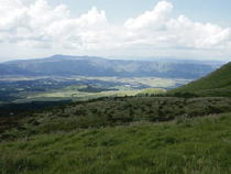杵島岳から眺める米塚、阿蘇谷